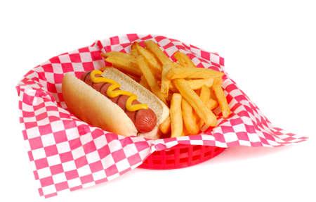 pasteleria francesa: Reci�n a la parrilla perro caliente con mostaza y papas fritas en una canasta de servir  Foto de archivo