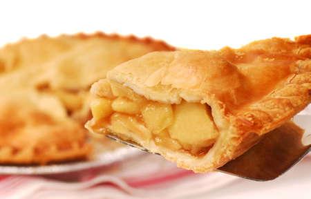 szarlotka: Pyszne plasterka świeżo pieczone apple pie na łopatką