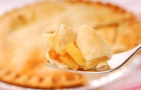 Bite of freshly baked apple pie on a fork Standard-Bild