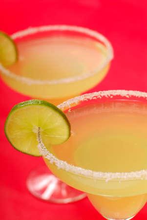 rimmed: Dos margaritas refrescantes con rodajas de lim�n a la sal bordeado de gafas  Foto de archivo
