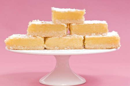 cafe y pastel: Plazas de lim�n deliciosa muestra en un stand de pastel blanco Foto de archivo