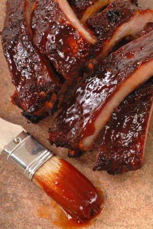 rib: Delizioso BBQ bambino-back costole con salsa piccante e un pennello di salsa