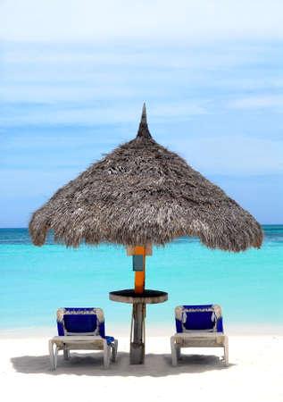 overlooking: Choza de paja en un tramo de playa en Aruba con vistas al mar Caribe