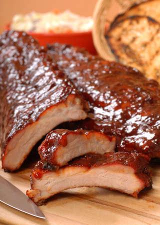 pork rib: Delicious BBQ Ribs con pane abbrustolito, insalata di cavolo e salsa piccante BBQ