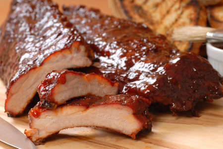 Delicious BBQ ribs with toasted bread, and a tangy BBQ sause Standard-Bild