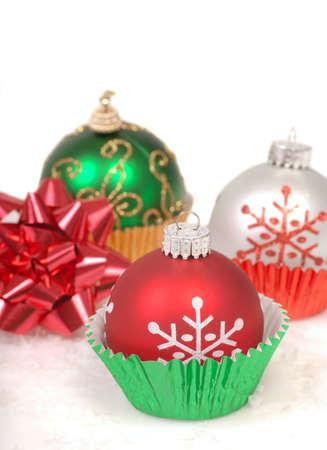Festivos adornos navideños colocados en los revestimientos de la magdalena de nieve y un arco Foto de archivo - 11268229
