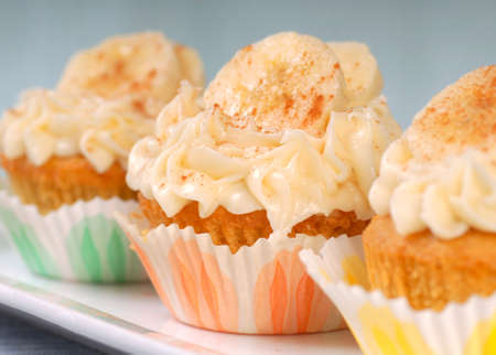 carrot cake: Delicious vanilla cupcake with cream cheese frosting, bananas and cinnamon