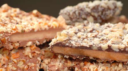 필드의 얕은 깊이와 초콜릿과 견과류의 다양한 영어 토피의 종류