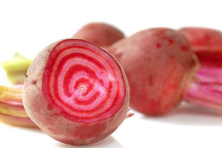 근대의 뿌리: 맛있는 유기 사탕 줄무늬 사탕 무우 하나가 열려 슬라이스