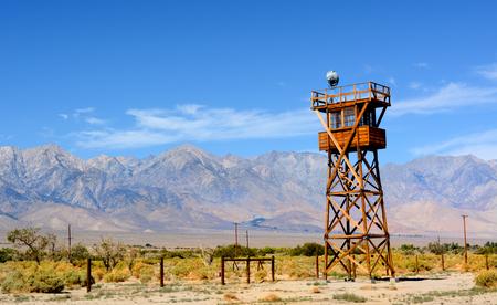 Una de las torres de vigilancia en el Centro de Detención de Manzanar en California, donde decenas de miles de personas con ascendencia japonesa fueron llevados a cabo durante la Segunda Guerra Mundial Foto de archivo - 46956321