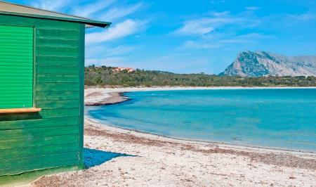 cabane plage: vert cabane de plage � Cala Brandinchi Banque d'images