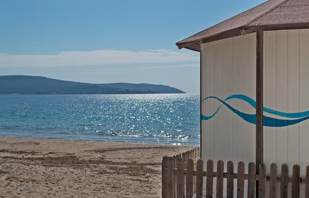 cabane plage: une cabane de plage en bois sur la plage Mugoni