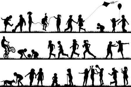 jugar: Siluetas de los niños que juegan al aire libre Vectores