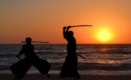 siluetas de los hombres que practican Aikido al amanecer