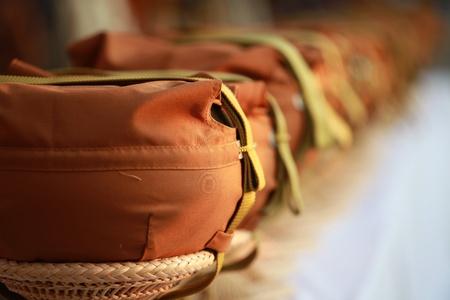 limosna: fila de bolos de limosna de monje Foto de archivo