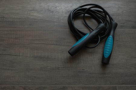 saltar la cuerda: saltar la cuerda azul sobre fondo de madera