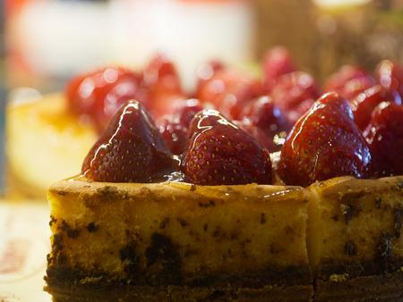 plato del buen comer: pastel de queso de fresa glaseado y cortado en pedazos