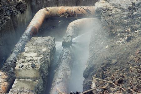 Defekte alte Rohre des Heizsystems; Spritzwasser unter Druck Standard-Bild - 69127581