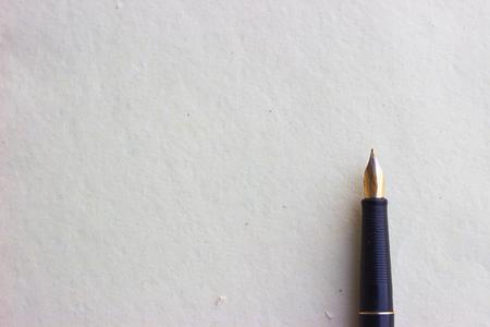 Vieux stylo plume sur vieux papier Banque d'images - 74788280