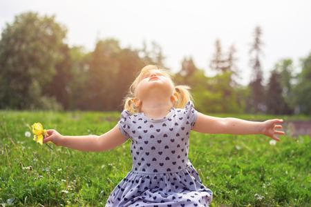 Klein meisje met haar armen open; levensconcept Stockfoto