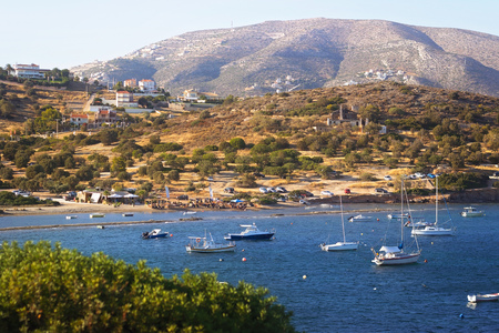 Scenic view of sea bay with boats and beach in background, Anavyssos, Greece Imagens