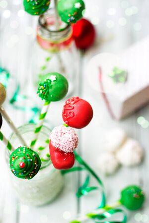Cake pops decorados con adornos navideños; fondo de vacaciones