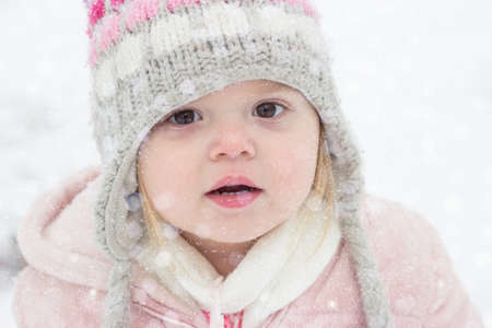 Portrait of a toddler girl in the snow Standard-Bild