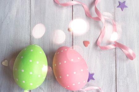 Decorative easter eggs on white wooden Standard-Bild