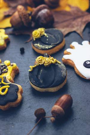 Homemade Halloween gingerbread cookies on dark background 版權商用圖片