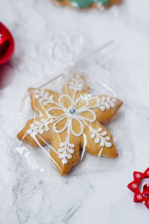 Homemade Christmas gingerbread cookies with decoration Standard-Bild