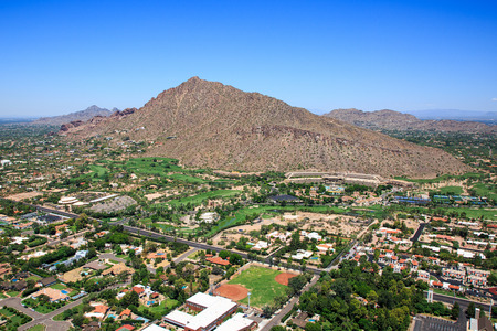 ave fenix: Perspectiva aérea de casas exclusivas y campo de golf cerca de la montaña Camelback en Phoenix, Arizona