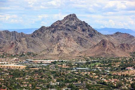 人気のあるレクリエーション、ハイキング先、フェニックス、アリゾナ州のヘリコプターから見たピエステワ ピーク