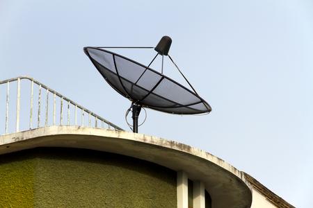 satellite dish: Parabólica contra el cielo azul