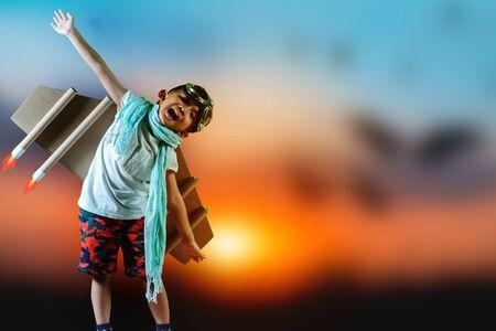 Niño piloto con jetpack de juguete. Niños en trajes de piloto soñando con pilotar el avión. Éxito