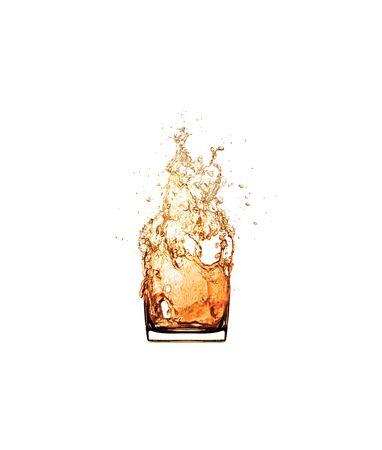 vaso de whisky splash aislado sobre fondo blanco. Foto de archivo