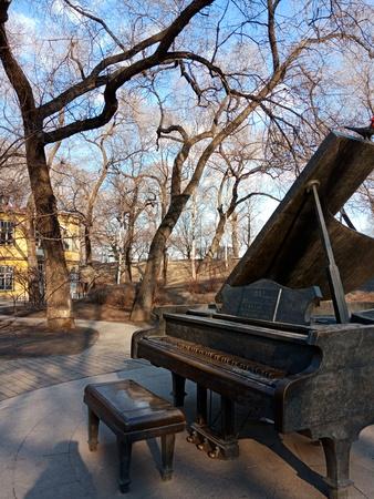 Bronze piano 報道画像