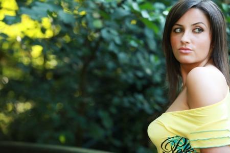 busty: Busty escote joven femenina o la mujer de la primavera en o en frente de una pradera de hierba verde de verano agradable con una camisa y braless