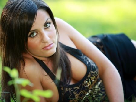 busty: Busty escote joven femenina o mujer en primavera o en frente de una pradera de c�sped verde de verano agradable, con una camisa y braless