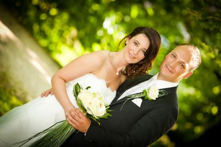 strapless: Wedding portrait hbsches couple in nature wedding