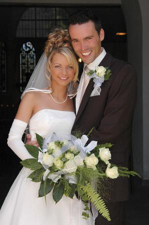 casados: Joven pareja despu�s de la boda  Foto de archivo