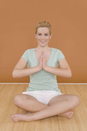 A happy woman does yoga Reklamní fotografie
