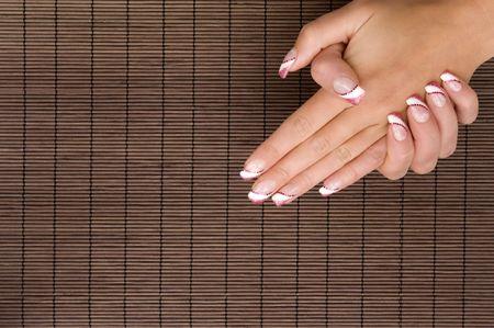 hermosas manos con u�as pintadas frescas en una estera floema Foto de archivo - 5426775