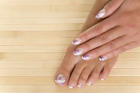 hermosa mano y el pie con nuevas u�as pintadas Foto de archivo - 5552469