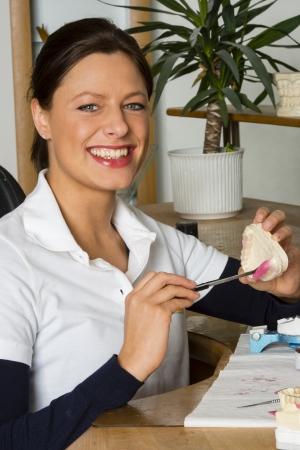 laboratorio dental: Trabajo de la mujer en el laboratorio dental Foto de archivo