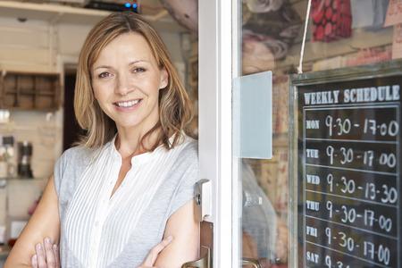 negócio: Proprietário Of Gift Shop em pé na porta Banco de Imagens