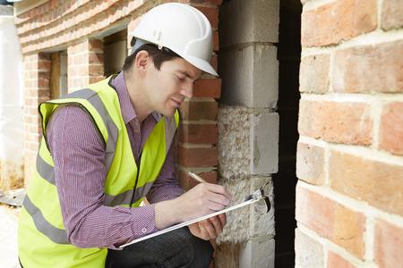 Architekt Überprüfung Isolierung während Hausbau