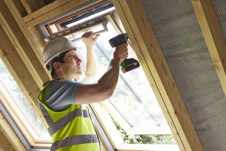 alba�il: Trabajador de construcci�n que usa el taladro para instalar Ventana