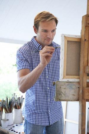 brocha de pintura: Hombre Pintura Artista En Estudio