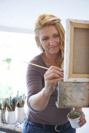 brocha de pintura: Mujer Pintura Artista En Estudio Foto de archivo