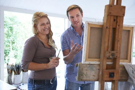 hombre pintando: Mujer Asistir Pintura Categoría
